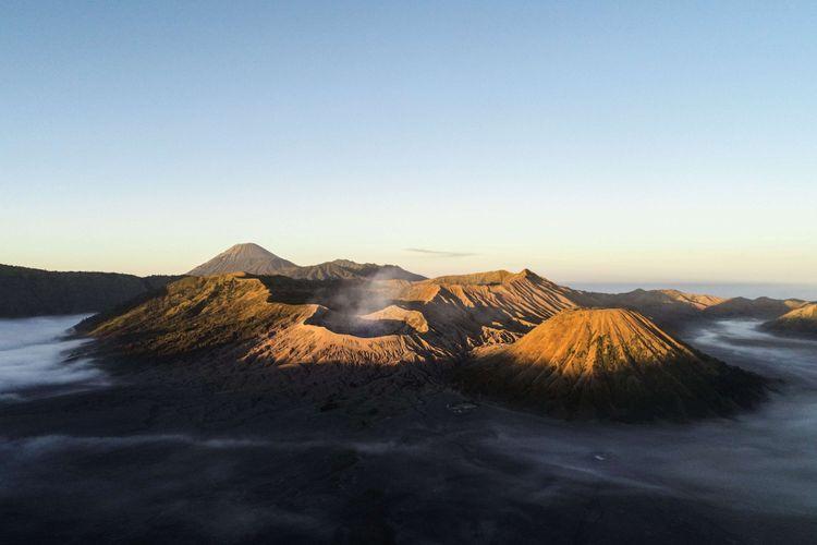 Suasana Taman Nasional Bromo Tengger Semeru terlihat dari bukit Metigen, Desa Ngadisari, Kecamatan Sukapura, Probolinggo, Jawa Timur, Kamis (7/6/2018). Foto: Kompas.com/Garry Andrew Lotulung