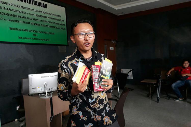 Ketua Bidang Advokasi YLBHI Muhammad Isnur mendaftarkan gugatan KUHP ke PN Jakarta Pusat, Jumat (8/6/2018).