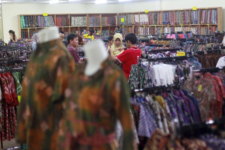 Calon pembeli memilih baju batik di pusat grosir batik Trusmi, Plered, Cirebon, Jawa Barat, Sabtu (27/10/2012). Meski kini pemasaran sudah merambah via online, batik trusmi masih mempunyai kendala yaitu warga Trusmi yang berkeahlian membatik jumlahnya kini kian berkurang.