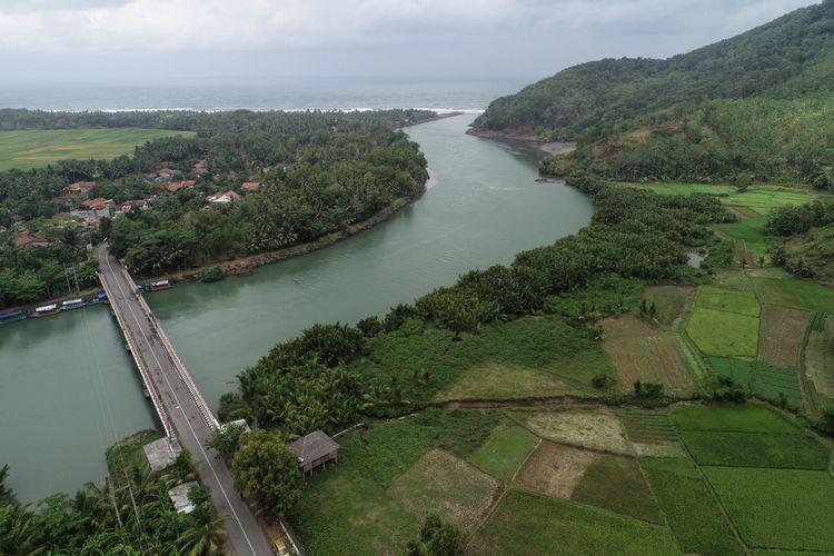 Foto udara kendaraan pemudik melintas di jalur Pansela, Kebumen, Jawa Tengah, Senin (11/6/2018).
