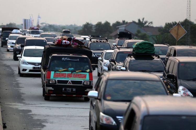 Kepadatan kendaraan pemudik jelang memasuki rest area Tol  Pemalang-Batang, Jawa Tengah, Senin (11/6/2018). Jalan tol tersebut merupakan tol fungsional yang dibuka selama 24 jam hingga H+ 7 Lebaran.