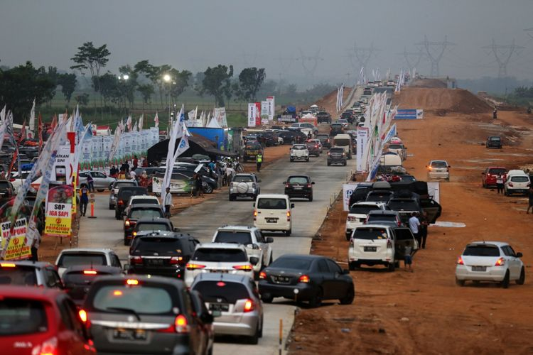 Suasana kendaraan pemudik saat memasuki rest area Tol  Pemalang-Batang, Jawa Tengah, Senin (11/6/2018). Jalan tol tersebut merupakan tol fungsional yang dibuka selama 24 jam hingga H+ 7 Lebaran.