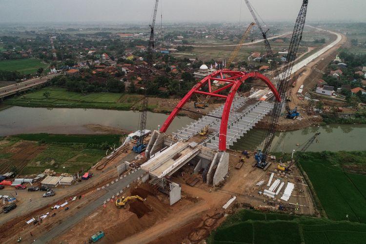 Foto udara proses pembangunan konstruksi Jembatan Kalikuto di ruas tol fungsional Batang-Semarang, Jawa Tengah, Selasa (12/6/2018). Jembatan Kali Kuto ditargetkan untuk digunakan pada H-2 lebaran dan merupakan jembatan pelengkung pertama di Indonesia, bahkan di dunia, yang perakitannya dilakukan di lokasi.