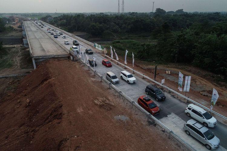 Foto udara kendaraan pemudik melintas di ruas Tol Pemalang-Batang, Jawa Tengah, Senin (11/6/2018). Jalan tol tersebut merupakan tol fungsional yang dibuka selama 24 jam hingga H+7 Lebaran.