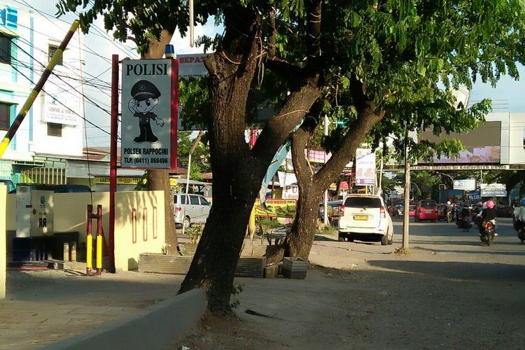 Mobil angkutan umum berplat kuning menunggu penumpang di terminal bayangan di dekat markas Polsekta Rappocini,  Makassar,  Selasa (12/6/2018).