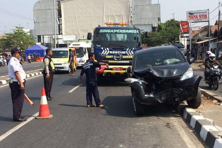 Ada mobil pemudik menabrak pembatas jalan di Flyover Cikampek, Rabu (13/6/2018), arus lalu lintas di jalur arteri Karawang arah Cirebon mengular.