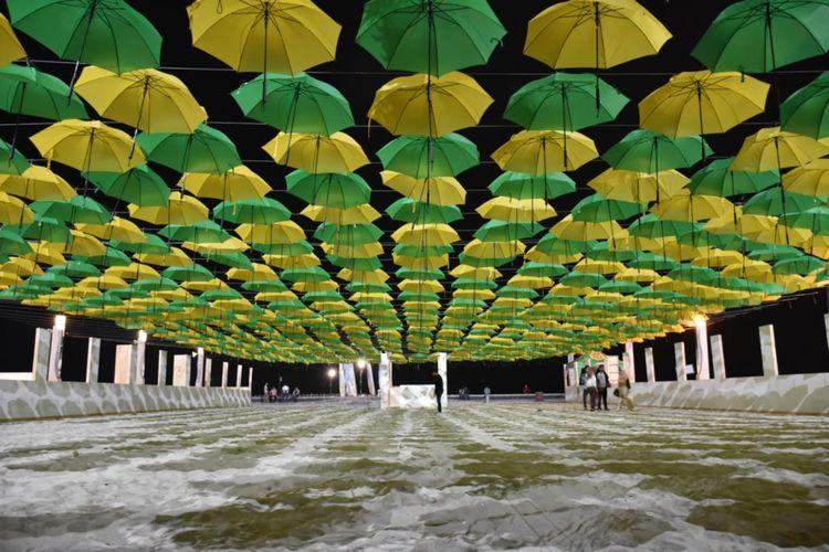 25 ribu payung yang digantung di Pantai Lagoon, Ancol.