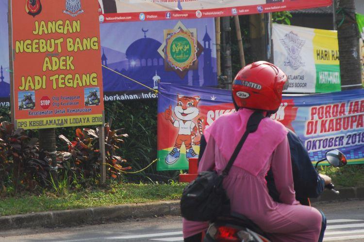 Pengendara sepeda motor saat melintas di Simpang Gadog, Ciawi, Bogor, Jawa Barat, Kamis (14/6/2018).