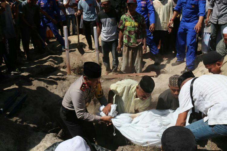 Kapolda Sulsel,  Irjen Polisi Umar Septono ikut proses pemakaman 16 warga Pulau Barrang Lompo yang tewas tenggelam,  Kamis (14/6/2018).