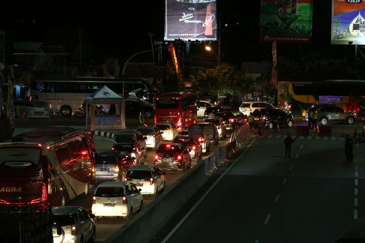 Peenumpukan keendaraan pemudik di Brexit, Brebes, Jawa Tengah, Rabu (13/6/2018). Penumpukan kendaraan terjadi akibat antrean panjang di beberapa pintu tol di ruas tol Pejagan-Pemalang.