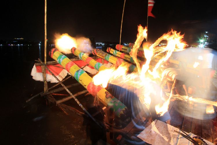 Tradisi meriam karbit memeriahkan malam takbiran di Pontianak, Kamis (14/6/2018).