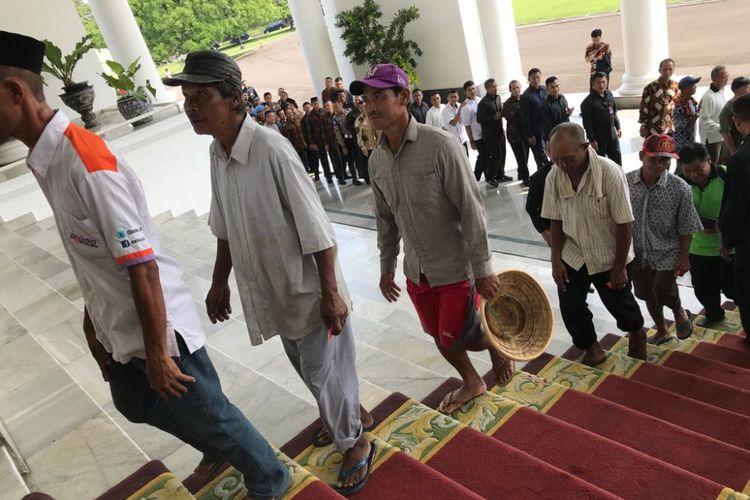 Sejumlah tukang becak di Bogor bersilaturahim dengan Presiden Joko Widodo di Istana Presiden Bogor, Jumat (15/6/2018).(KOMPAS.com/Fabian Januarius Kuwado)