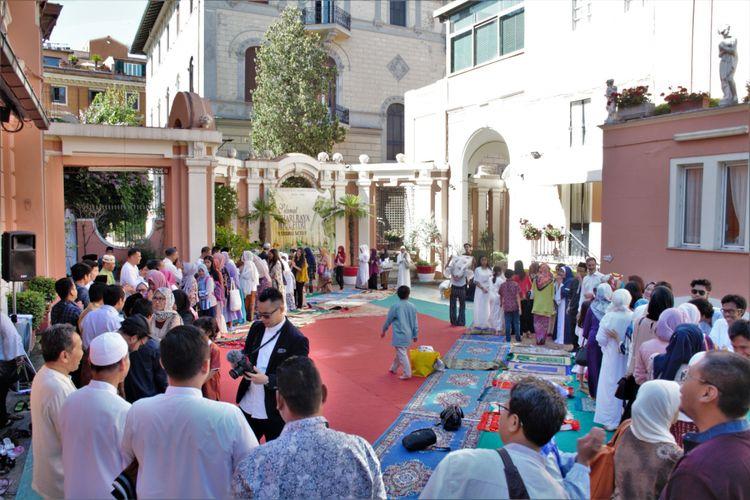 Usai shalat Idul Fitri di KBRI Roma, Italia, tak kurang dari 200 warga Muslim saling bersalam-salaman saling bermaaf-maafan.