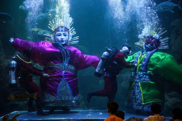 Pengunjung menyaksikan pertunjukan Ondel-ondel Underwater di akuarium Seaworld, Taman Impian Jaya Ancol, Jakarta Utara, Jumat (22/6/2018). Pertunjukkan spesial yang bernama Ondel-ondel Underwater disiapkan Seaworld Ancol dalam rangka memeriahkan HUT DKI Jakarta yang memasuki usia ke-491.