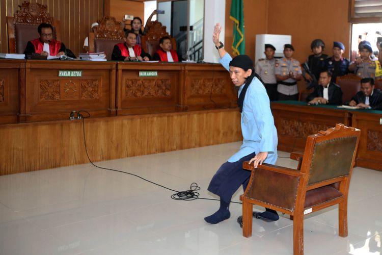 Terdakwa kasus teror bom Thamrin, Aman Abdurrahman menjalani sidang putusan di Pengadilan Negeri Jakarta Selatan, Jumat (22/6/2018). Majelis hakim Pengadilan Negeri Jakarta Selatan menjatuhkan hukuman mati kepada terdakwa.