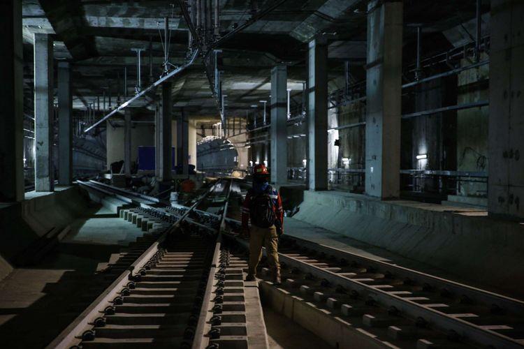 Proses pembangunan pengeboran terowongan untuk angkutan massal cepat (Mass Rapid Transit/MRT) di Stasiun Bunderan HI, Jakarta Pusat, Senin (25/6/2018). Kunjungan Menlu Taro Kono ke Indonesia sekaligus menandai 60 tahun hubungan diplomatik Indonesia-Jepang.