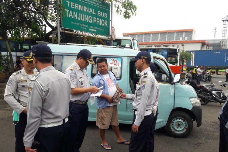 Suku Dinas Perhubungan Jakarta Utara dan Satuan Lalu Lintas Wilayah Jakarta Utara menggelar razia terhadap supir angkot di Terminal Tanjung Priok, Selasa (26/6/2018).