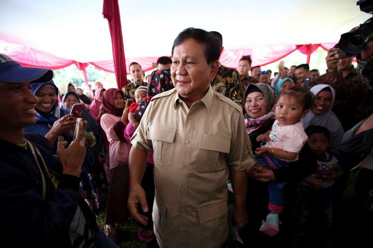 Ketua Umum Partai Gerindra, Prabowo Subianto, tiba di TPS 17 untuk menggunakan hak pilihnya dalam pemilihan kepala daerah (Pilkada) Serentak 2018 di Desa Bojong Koneng, Kecamatan Babakan Madang, Kabupaten Bogor, Rabu (27/06/2018). Pilkada serentak kali ini diikuti 17 provinsi, 115 kabupaten dan 39 kota.