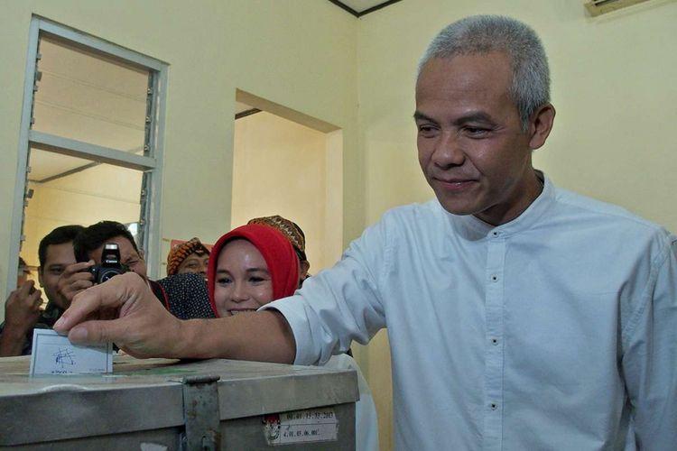 Cagub Jateng nomor urut 1 Ganjar Pranowo memasukkan surat suara ke dalam kotak suara Pemilihan Gubernur dan Wakil Gubernur Jawa Tengah, di tempat pemungutan suara (TPS) 2, Kelurahan Gajahmungkur, Semarang, Jawa Tengah, Rabu (27/6/2018). Pilgub Jateng diikuti dua pasangan cagub-cawagub, Ganjar Pranowo-Taj Yasin nomor urut 1 dan Sudirman Said-Ida Fauziyah nomor urut 2 dengan jumlah daftar pemilih tetap (DPT) sebanyak 27.068.500 pemilih.