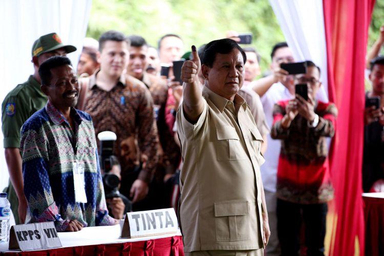 Ketua Umum Partai Gerindra, Prabowo Subianto, menggunakan hak pilihnya dalam pemilihan kepala daerah (Pilkada) Serentak 2018 di TPS 17, Desa Bojong Koneng, Kecamatan Babakan Madang, Kabupaten Bogor, Rabu (27/06/2018). Pilkada serentak kali ini diikuti 17 provinsi, 115 kabupaten dan 39 kota.