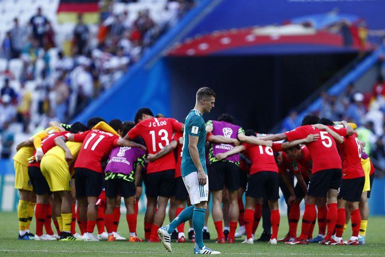 Pemain Jerman Toni Kroos (tengah) nampak lesu sementara di latar belakang para pemain Korea Selatan merayakan kemenangan dalam laga penyisihan Grup F Piala Dunia 2018 di Kazan Arena, Kazan, Rabu (27/6/2018). Sang juara bertahan Jerman terdepak dari ajang Piala Dunia usai ditaklukkan Korea Selatan dengan skor 2-0.