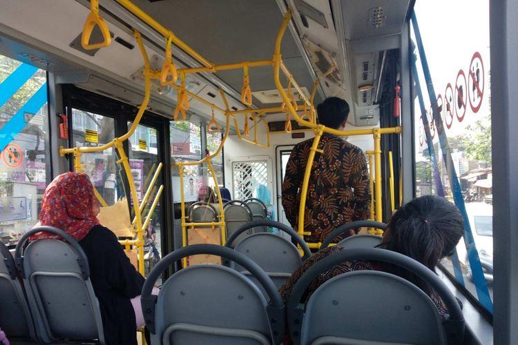 Penumpang di bus Transjakarta 13E Ciledug-Kuningan, Kamis (28/6/2018).