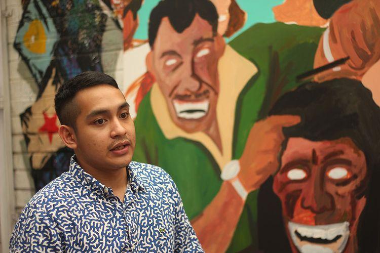Naufal Abshar menerjemahkan tawa ke dalam warna-warna dan gradasi ekspresi di karyanya, lukisan.