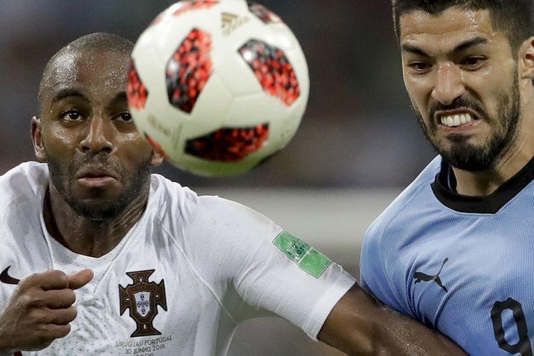 Pemain Uruguay Luis Suarez (kanan) beradu dengan pemain Portugal Ricardo pada laga babak 16 besar Piala Dunia 2018 di Stadion Olimpiade Fisht, Sabtu (30/6/2018) atau Minggu dini hari WIB. Portugal gagal lolos ke babak perempat final setelah ditaklukkan Uruguay dengan skor 2-1.
