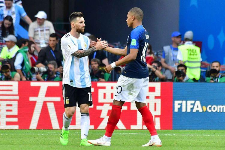 Pemain Argentina Lionel Messi memberikan selamat kepada pemain Perancis Kylian Mbappe, seusai laga 16 besar Piala Dunia 2018, di Kazan Arena, Sabtu 30 Juni 2018. Perancis menang atas Argentina dengan skor 4-3.