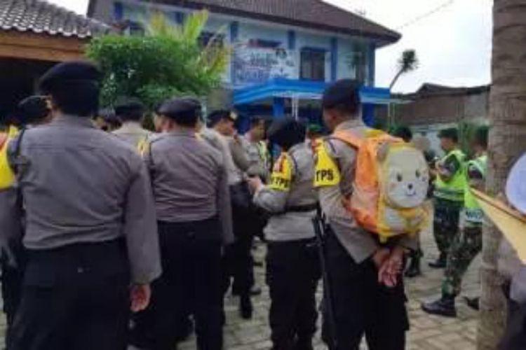 Brigadir Dharma Budi Kusuma yang memakai tas anaknya saat apel pengamanan Pilkada 2018 di Kecamatan Pakis, Kabupaten Malang, Selasa (26/6/2018)(Dok. Kapolres Malang AKPB Yade Setiawan Ujung)