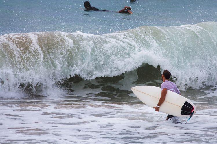 Ilustrasi berselancar di Bali