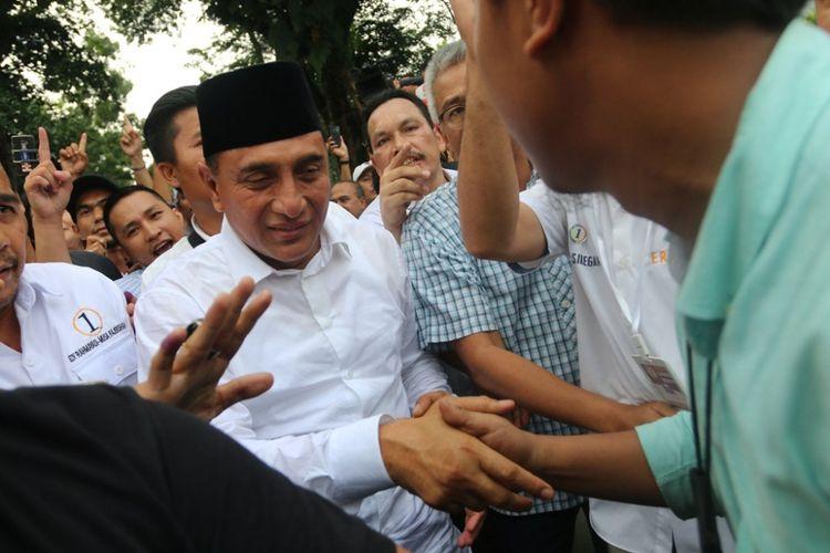 Calon Gubernur Sumatera Utara Edy Rahmayadi (kedua kiri) menyalami pendukungnya saat akan memberi keterangan tentang hasil hitung cepat Pilgub Sumut, di Medan, Sumatera Utara, Rabu (27/6). Sejumlah lembaga survei merilis pasangan Edy Rahmayadi-Musa Rajekshah (ERAMAS) menang dalam Pilgub Sumut.