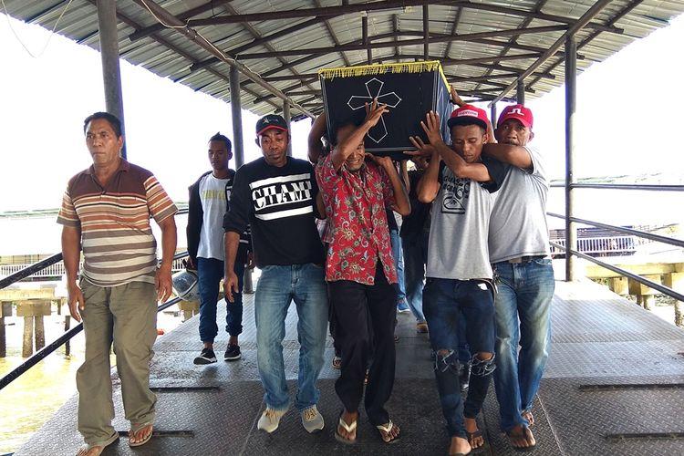 Jenazah 3 TKI korban tabrakan speedboat di perairan perbatasan Pulau Sebatik, Kabupaten Nunukan, dipulangkan ke daerah asal mereka di Larantuka, Nusa Tenggara Timur (NTT).  Biaya pemulangan terhadap korban tabrakan kapal cepat tersebut sepenuhnya ditanggung oleh BP3TKI Nunukan, Senin (2/7/2018).
