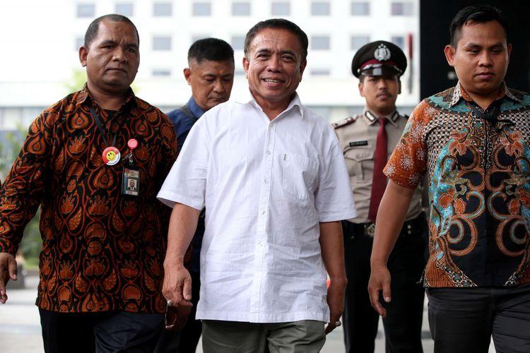 Gubernur Aceh, Irwandi Yusuf (baju putih) tiba di Gedung Komisi Pemberantasan Korupsi, Jakarta, Selasa (4/7/2018).