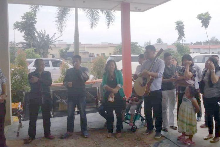 Jenazah Taban Musadi alias Edi (30), yang ditemukan mengapung terikat tali berpemberat di waduk Sei Ladi Sekupang, Batam, Kepulauan Riau (Kepri) sekitar pukul 14.30 WIB, Rabu (4/7/2018) lalu. Hari ini, Sabtu (7/7/2018) dijemput keluarga untuk diterbangkan ke Kalimantan Barat.