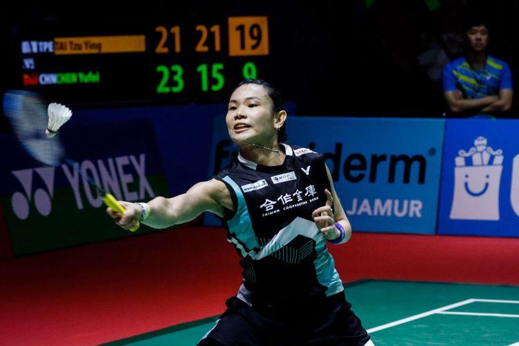 Pebulu tangkis tunggal putri Taiwan, Tai Tzu Ying mengembalikan bola ke arah pasangan asal Cina, Chen Yufei dalam partai final Indonesia Open 2018 di Istora Senayan, Jakarta, Minggu (8/7/2018). Pebulu tangkis tunggal putri Taiwan Tai Tzu Ying menang dengan skor 21-23, 21-15 dan 21-9.