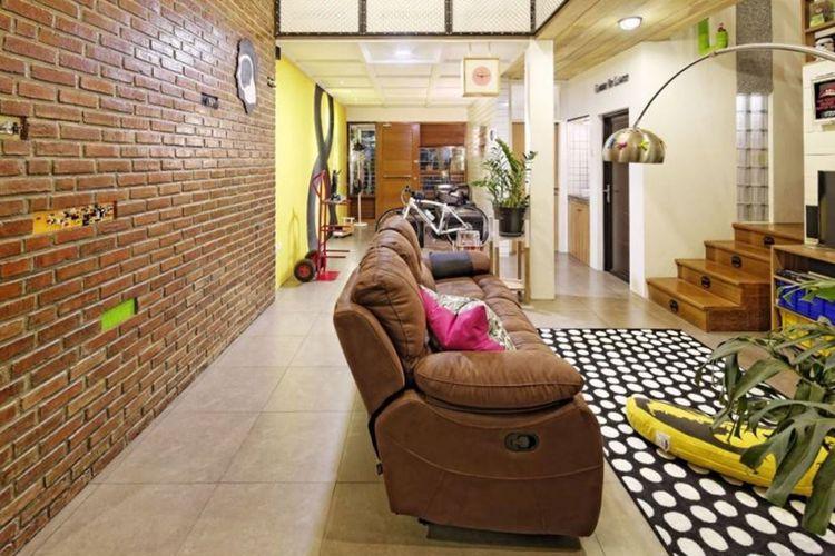 Dekorasi ruang keluarga Stoy House di Bandung karya Aaksen Responsible Architecture.