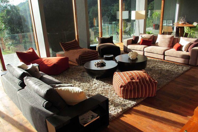 Dekorasi ruang keluarga Private Villa di Bogor karya Rudy Dodo.