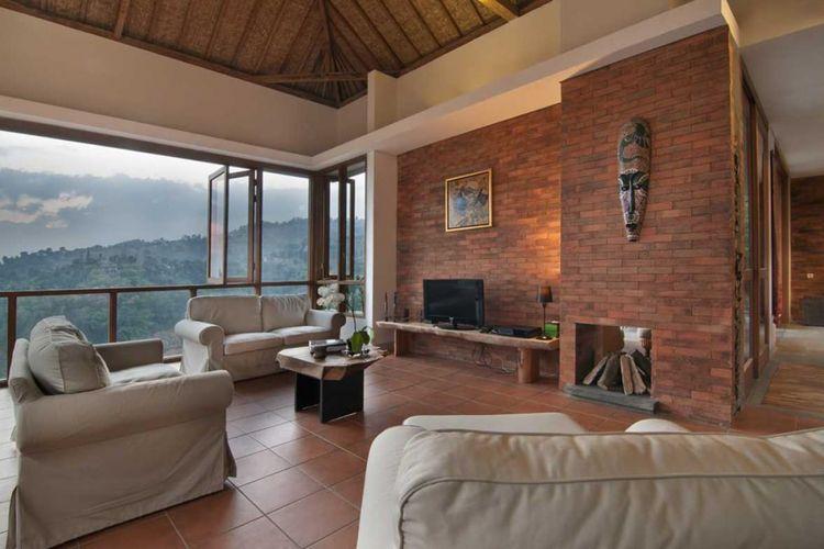 Dekorasi ruang keluarga Sunset Villa di Bandung karya Erwin Kusuma.