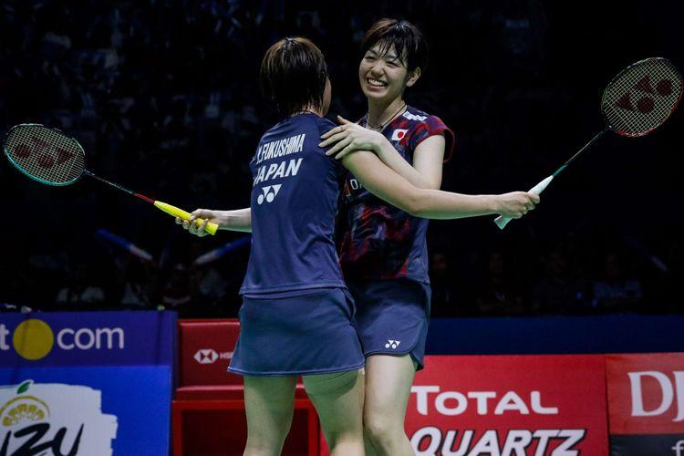 Pasangan ganda putri Jepang, Yuki Fukushima dan Sayaka Hirota merayakan kemenangan dalam partai final Indonesia Open 2018 di Istora Senayan, Jakarta, Minggu (8/7/2018). Yuki Fukushima/Sayaka Hirota menyegel gelar setelah mengalahkan rekan senegaranya, Mayu Matsumoto/Wakana Nagahara dengan skor 21-14, 16-21, dan 21-14.