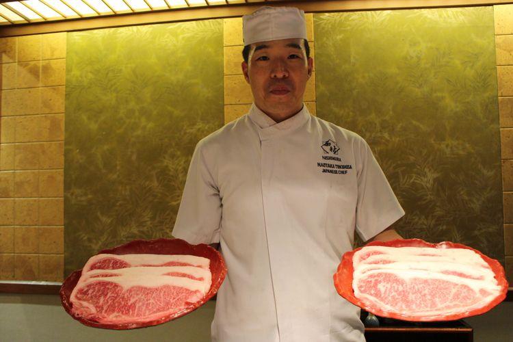 Chef di restoran Nishimura menunjukkan Hida Beef, Shangri-La Hotel, Jakarta.