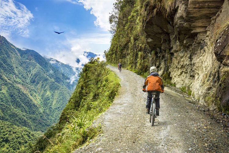 Bersepeda di Death Road Bolivia.