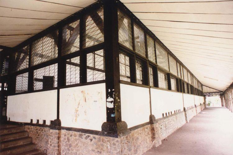 Aula barat dan aula timur Institut Teknologi Bandung yang dibangun tahun 1920-an, menggunakan kaca patri bening transparan.