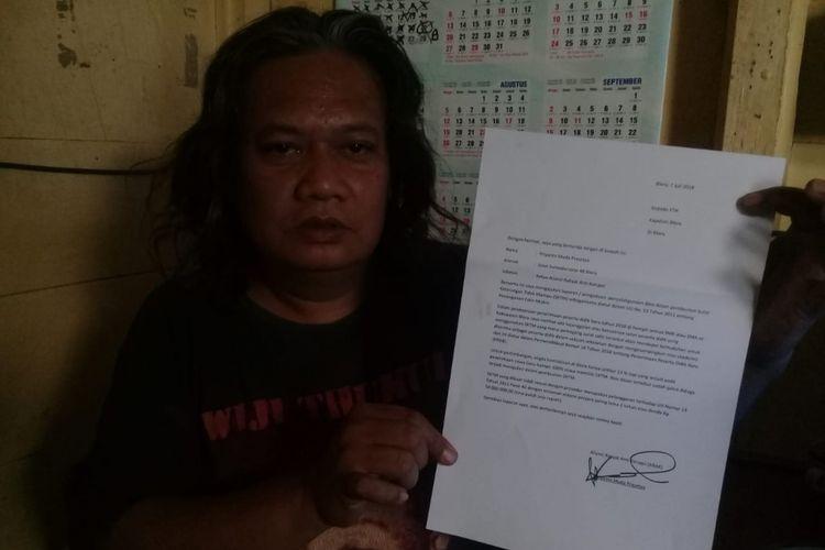 Priyanto Muda Prasetya (45), warga Kelurahan Mlangsen, Kecamatan Blora, Kabupaten Blora, Jawa Tengah menunjukkan berkas pelaporan dugaan kecurangan penerbitan SKTM, Selasa (10/7/2018).