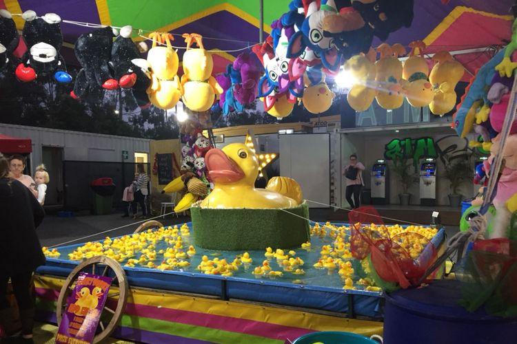 Pasar malam yang dibuka setiap Jumat dan Sabtu ini memiliki berbagai permainan, seperti roller coaster mini, memancing bebek plastik, dan memecahkan balon.