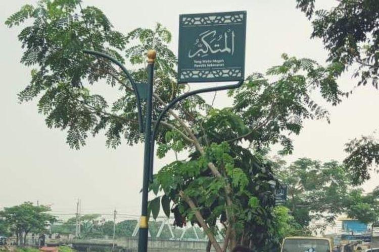 Tiang Asmaul Husma di Bantaran Kali Cengkareng Drine, Kembangan Utara, Jakarta Barat