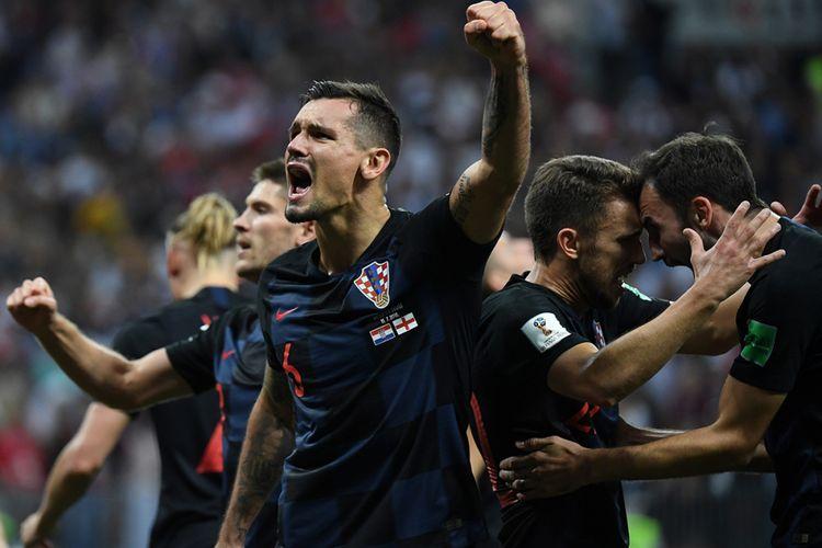Pemain Kroasia Dejan Lovren (tengah) bersama rekan setimnya merayakan kemenangan Kroasia atas Inggris pada laga babak semifinal di Luzhniki Stadium, Rabu (11/7/2018) atau Kamis dini hari WIB. Kroasia melaju ke babak final Piala Dunia usai mengalahkan Inggris dengan skor 2-1.