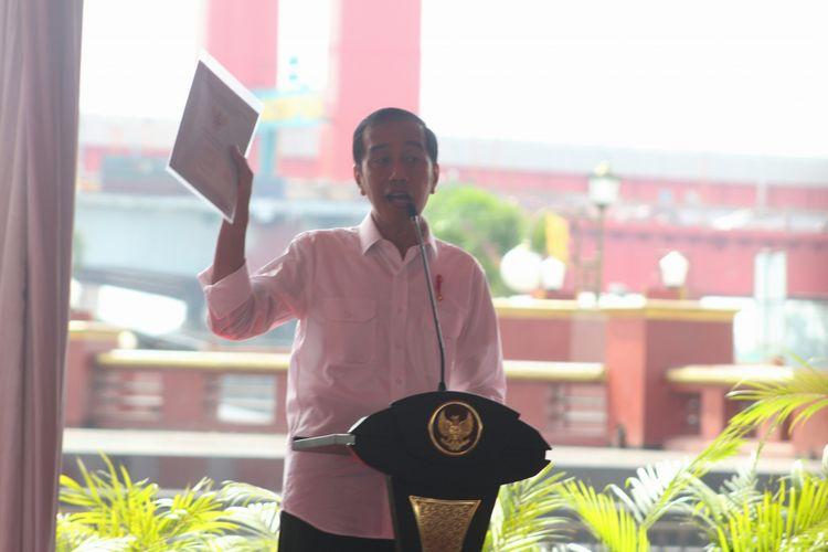Presiden Joko Widodo saat membagikan 6.000 sertifikat tanah gratis di Palembang, Sumatera Selatan,Jumat (13/7/2018)