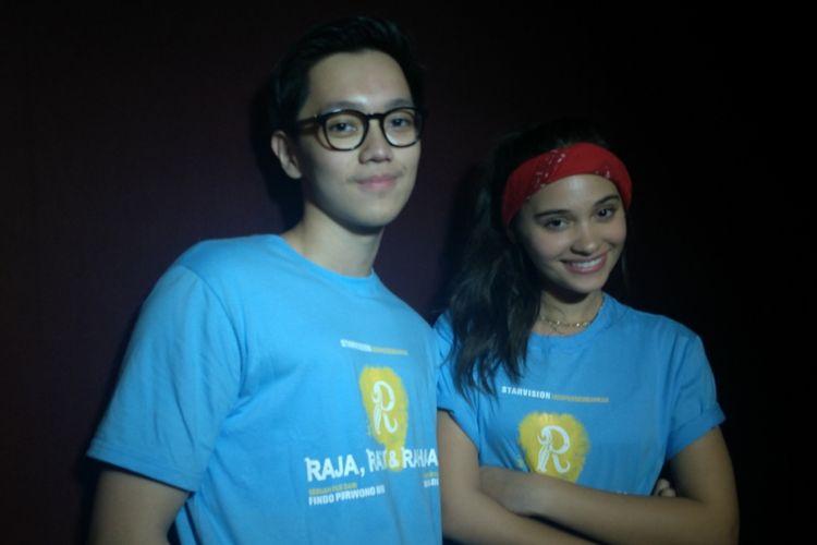 Brandon Salim (kiri) dan Aurora Ribero ikut menonton bareng film Raja, Ratu, dam Rahasia di Grand Mal Bekasi 21, Jawa Barat, Jumat (13/7/2018).