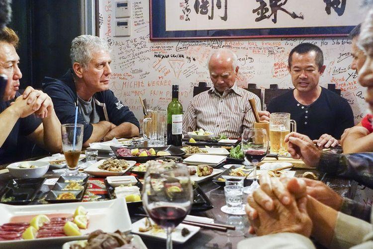 Anthony Bourdain (kedua dari kiri) berbincang dalam sebuah makan malam bersama warga Okinawa Jepang. Episode ini ditayangkan pada 2013.
